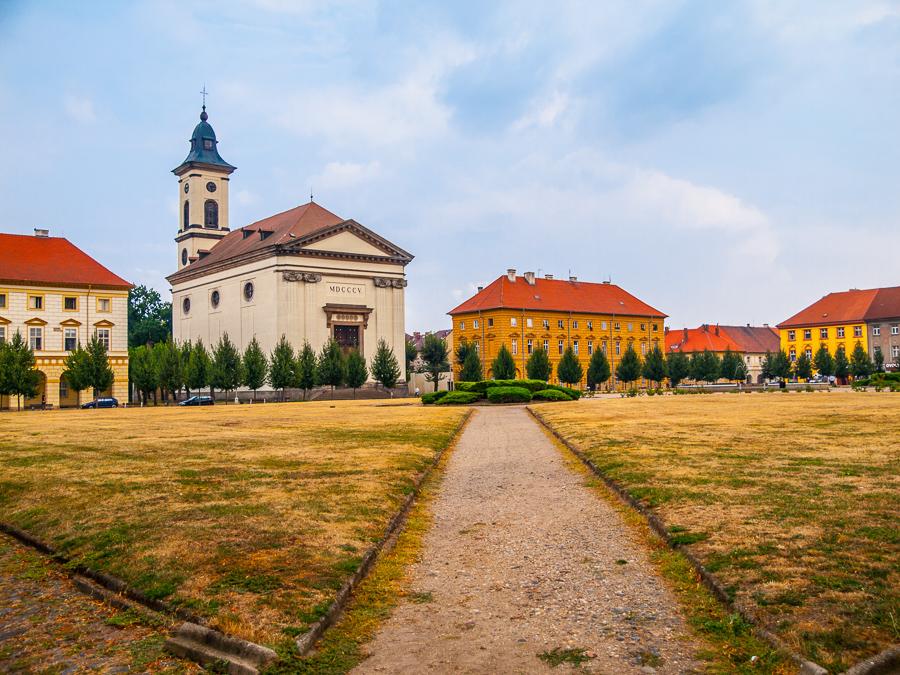 Ceska republika Terezin, Czechoslovak Army Square with baroque church