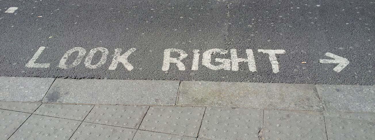 nápis na silnici v Anglii - jezdí se po druhé straně