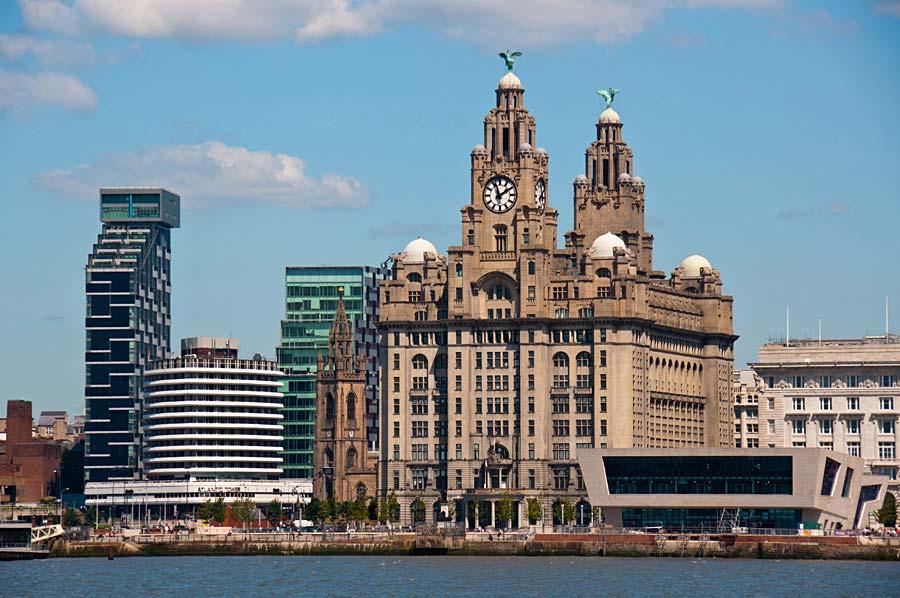 Liver Building a Ferry Terminal, Liverpool, Anglie