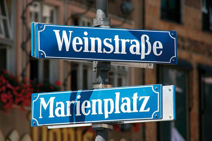 Weinstrasse a Marienplatz, Mnichov, Německo