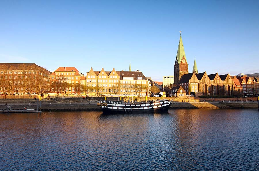 řeka Weser a Sankt Martini Kirche, Brémy, Německo
